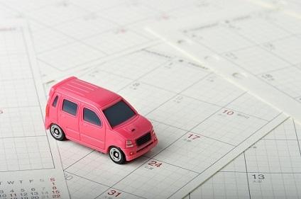 カレンダーとピンクの車