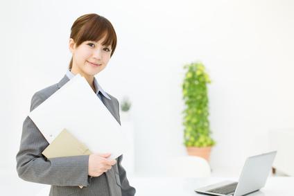 書類を抱えている女性