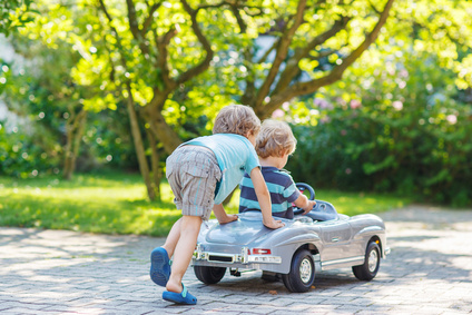 おもちゃの車で遊ぶ二人の子供