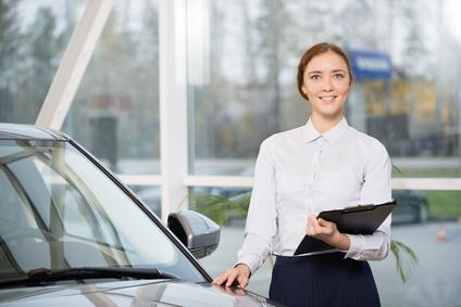 車の査定をしている女性