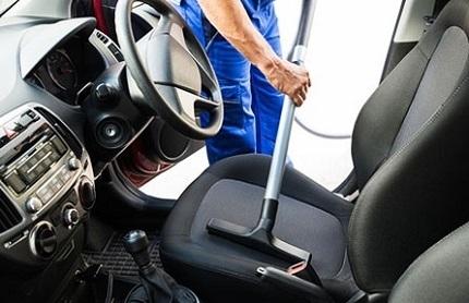 車内を掃除する