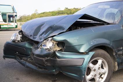 事故で大破した車