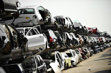 積み上げられた廃車