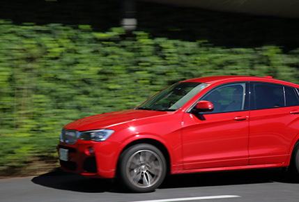 走行中の赤い車