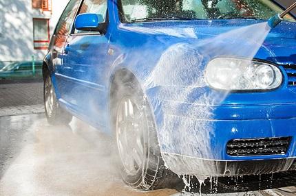 青い車を洗う