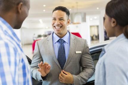 笑顔で営業する男性