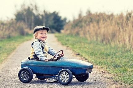 おもちゃの車にのる男の子