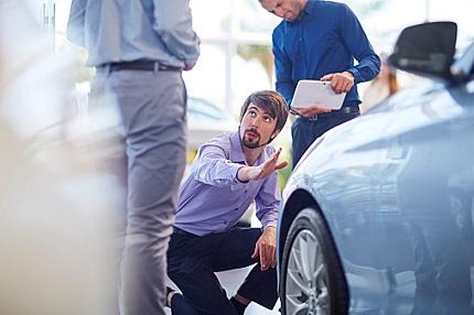 車について話をする男性