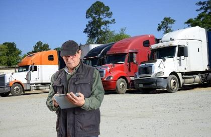 複数のトラックと男性