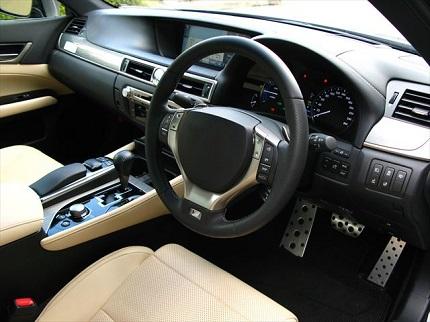 車のハンドルと運転席