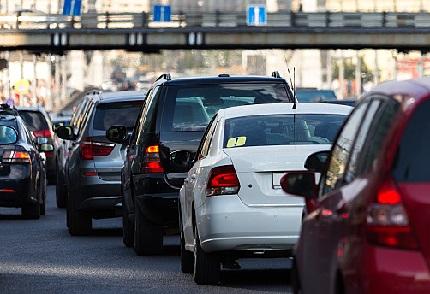 道路を走る数台の車