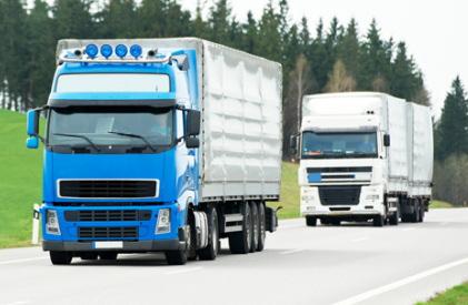 走行する2台のトラック
