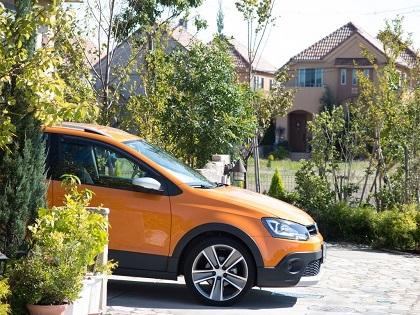 屋外駐車のオレンジ色の車
