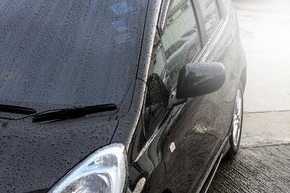 雨に濡れた車