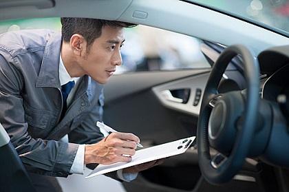 車の状態を確認する整備士