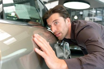 車のボディを確認する男性