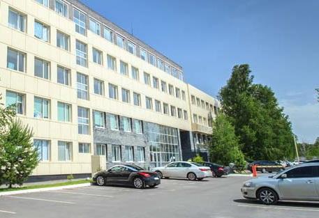 建物と数台の車