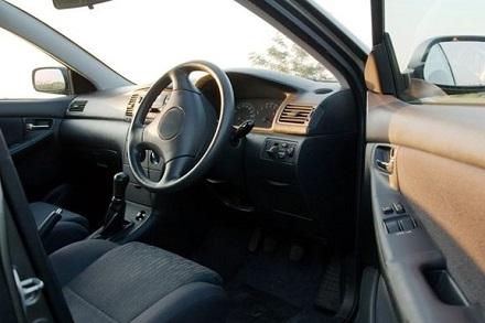 運転席のドアを開けた車内