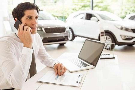 電話をかける男性と車