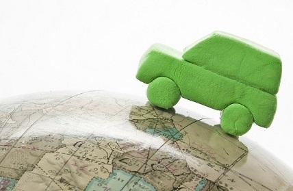 地球儀と緑の粘土のくるま