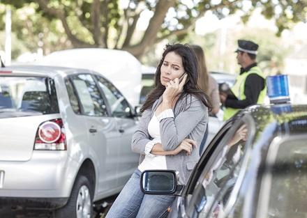 事故の対応をする女性