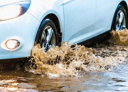 泥水の中を走る車