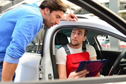 車の査定士と話をする男性