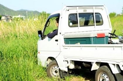 畑の中の軽トラック