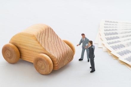 木製の車と一万円札