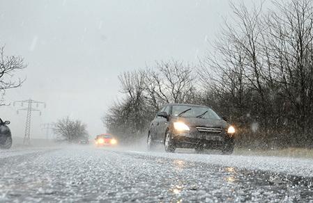 雹の降る中を走る車