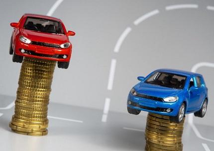 コインの上に乗せた赤と青のミニカー