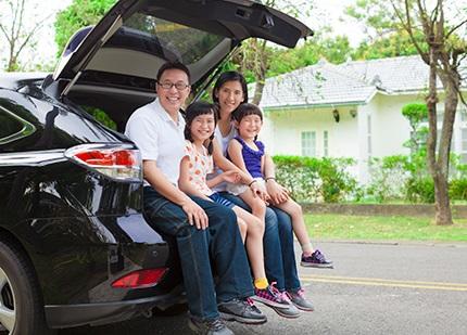 車のトランクを開けて座る家族