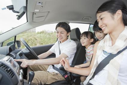車に乗る4人の家族