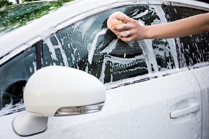 白い車を洗車する