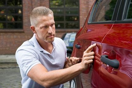 車を確認する男性