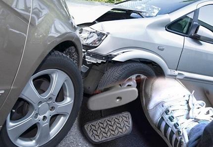 アクセルを踏む足と事故現場