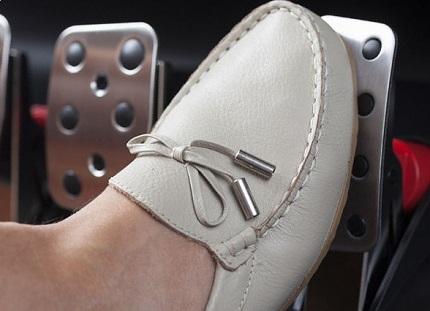 アクセルを踏む白い靴を履いた足