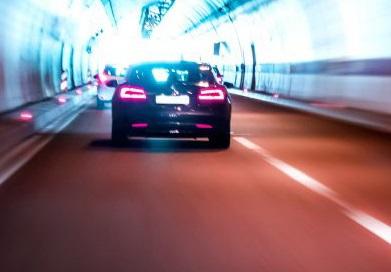 ライトを照らして走る車