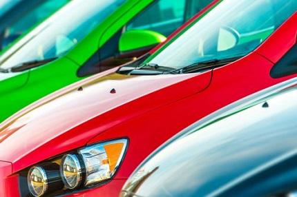 緑、赤、黒の3台の車