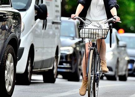車道を走る自転車