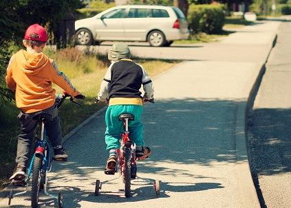 歩道を自転車で走る子ども