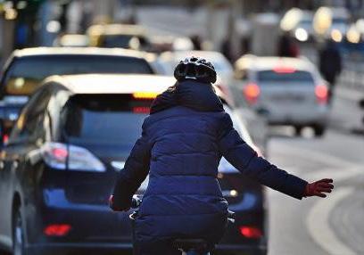 車道を走る自転車に乗った女性
