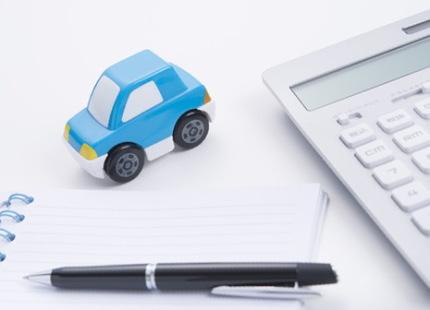 おもちゃの車と白い計算機