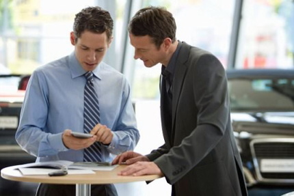 計算機を見る2人の男性