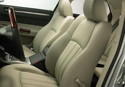 車のベージュ色の座席