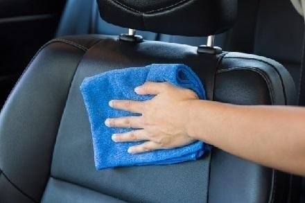 車のシートを拭く