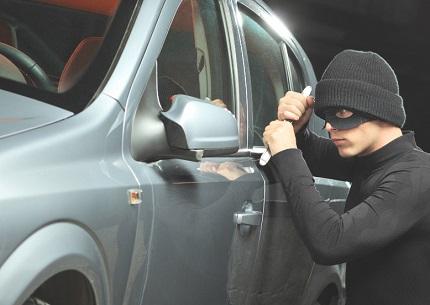 車をこじ開けようとする男性