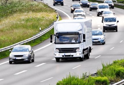 高速道路を走行する車