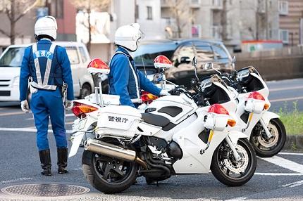 白バイと警察官