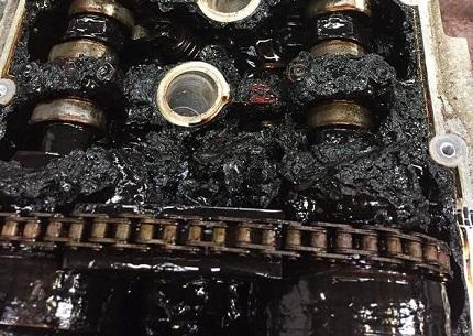 エンジンにこびりついたオイル